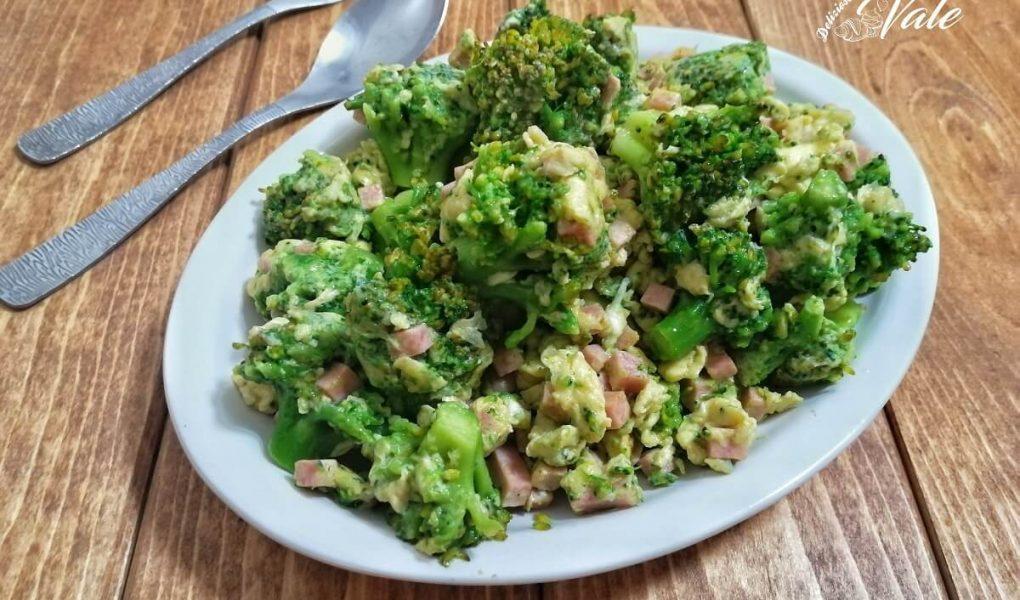 broccoletti con uova e prosciutto in padella