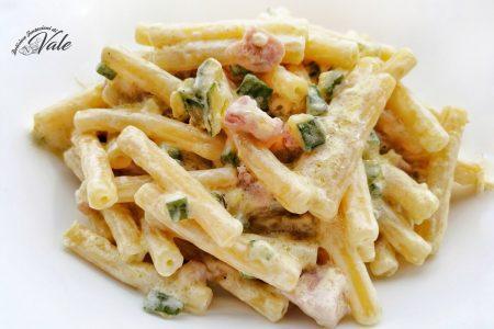 sedanini con zucchine, pancetta e panna