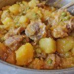 tacchino patate e piselli in pentola