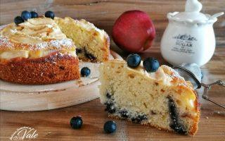 Torta di Mele e Mirtilli preparata con panna per dolci