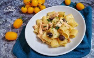 Mezze Maniche al Salmone con Olive e Pomodorini Gialli