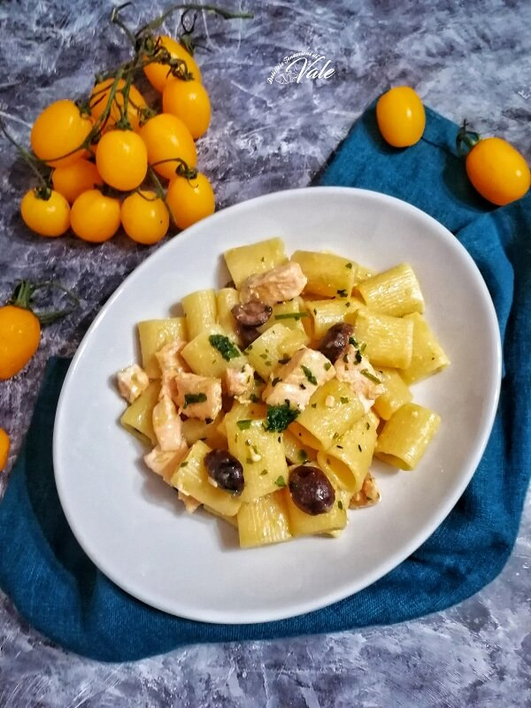 Mezze Maniche al Salmone con Olive e Pomodorini