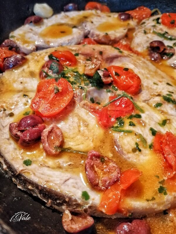 Pesce Spada con Pomodorini e Olive Nere in padella