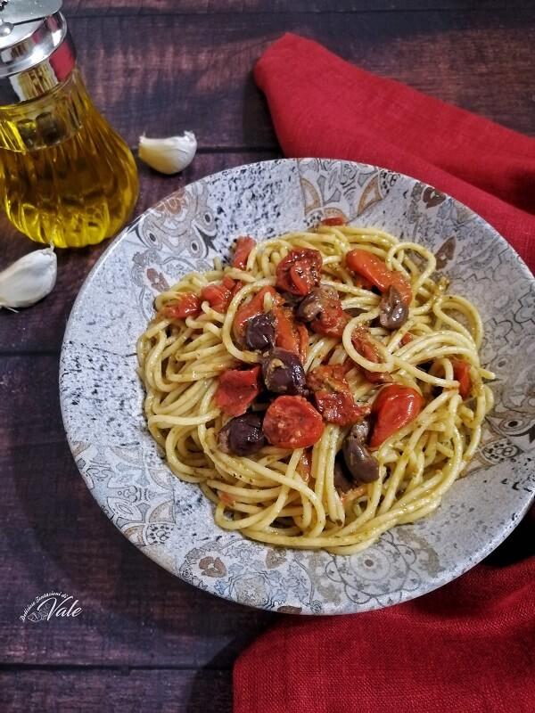 Spaghetti con Pomodorini Confit e Olive
