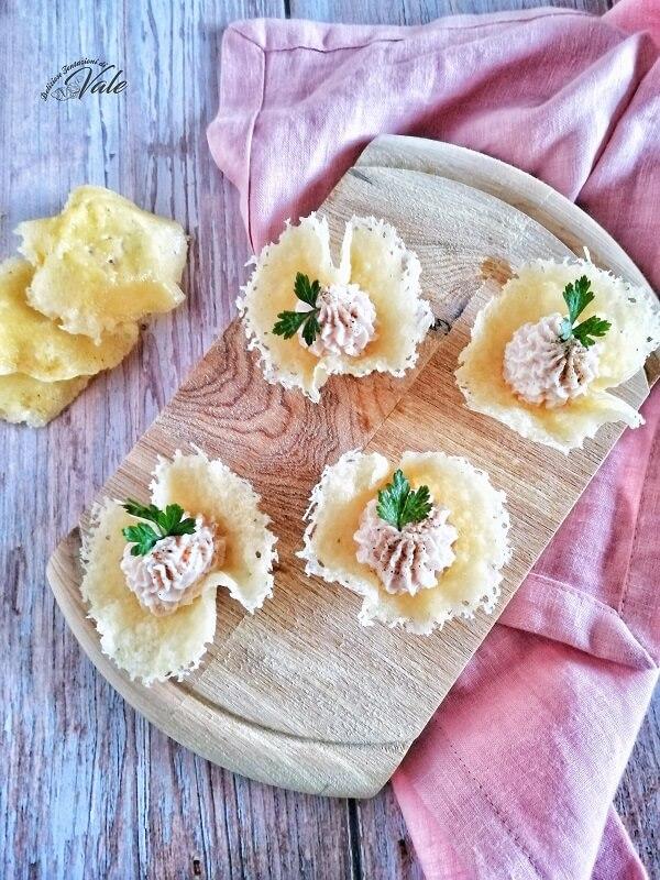 Cestini di Parmigiano con mousse al prosciutto