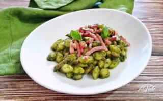 Gnocchi con Pesto alla Genovese e Speck Croccante